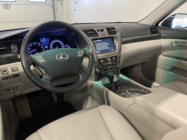Lexus LS600h 8