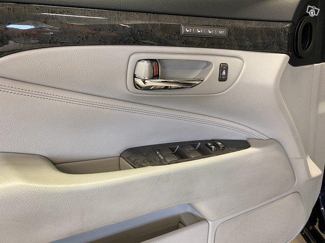 Lexus LS600h 9