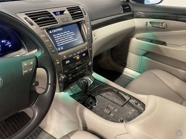 Lexus LS600h 12