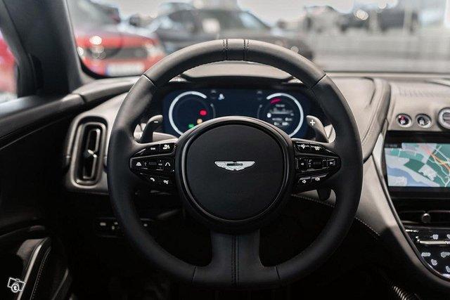Aston Martin DBX 8