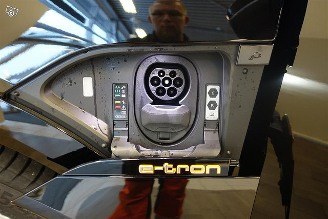 Audi E-tron 17