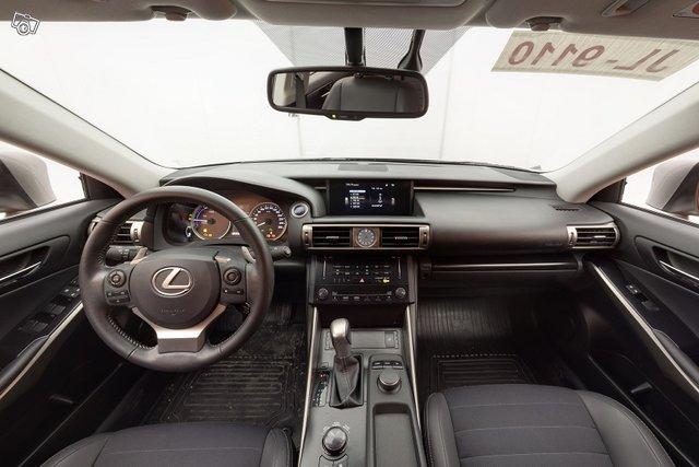 Lexus IS 9