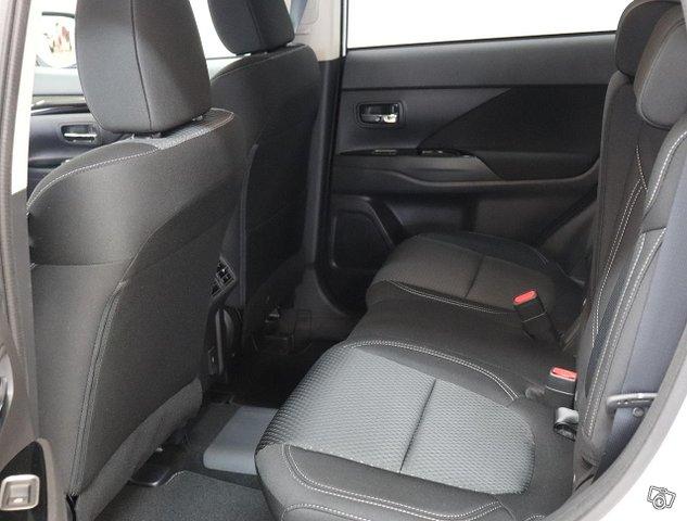 Mitsubishi Outlander PHEV 18