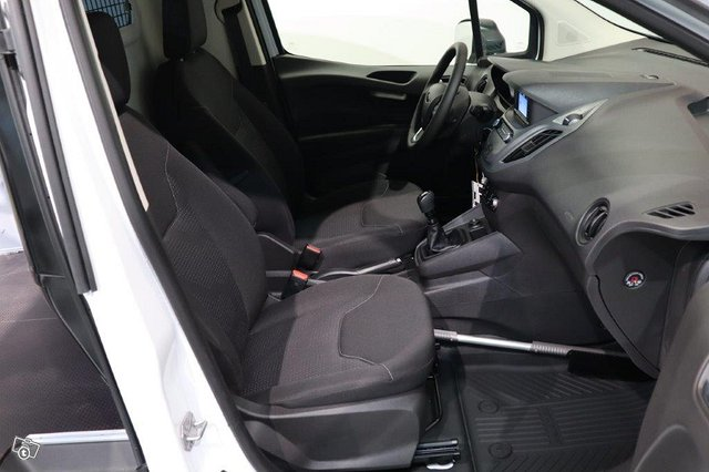 Ford Transit Courier 11