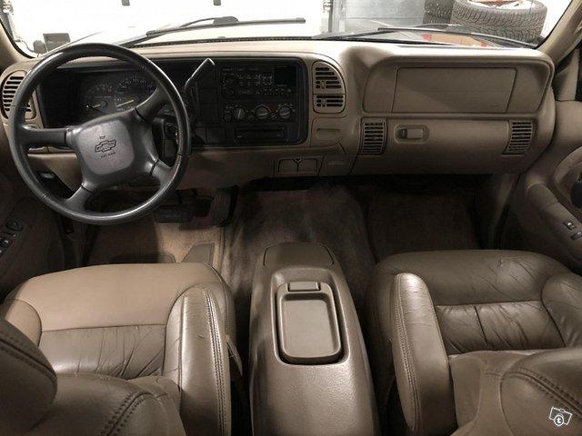 Chevrolet Suburban 8