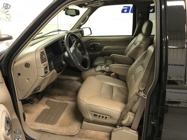 Chevrolet Suburban 9
