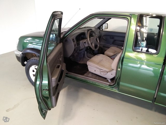 Nissan Pickup 8