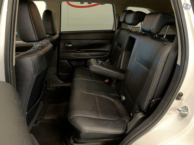 Mitsubishi Outlander PHEV 8