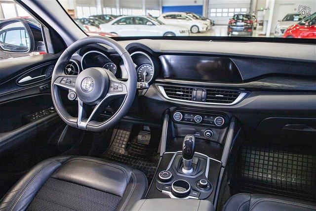 Alfa Romeo Stelvio 8