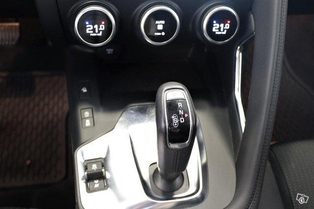 Jaguar E-PACE 11