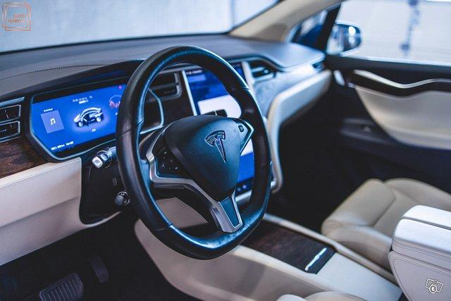 Tesla Model X 21