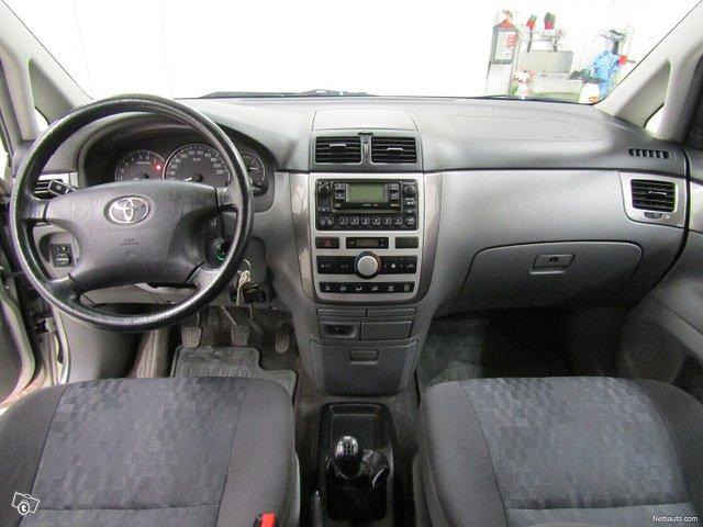 Toyota Avensis Verso 8