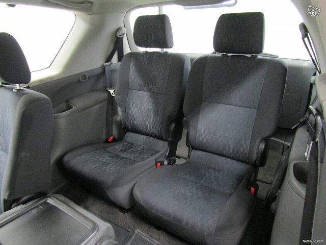 Toyota Avensis Verso 13