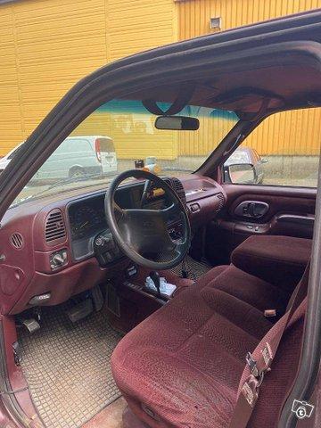 Chevrolet Suburban 3