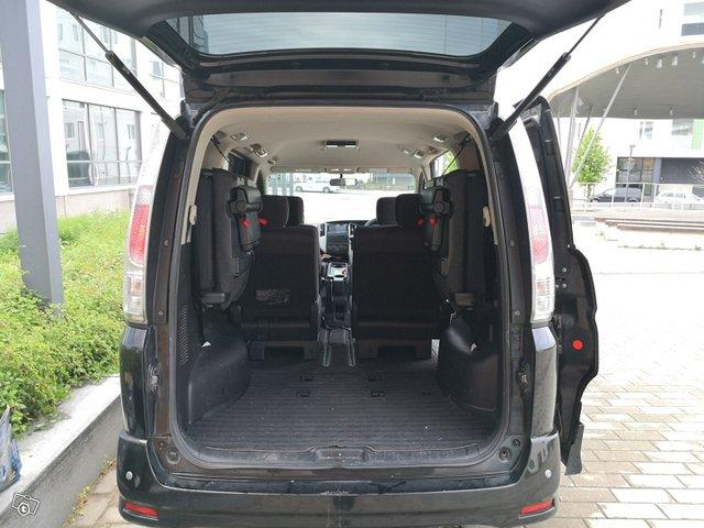 Nissan Serena 4