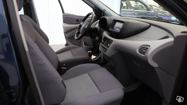 Nissan Almera Tino 15