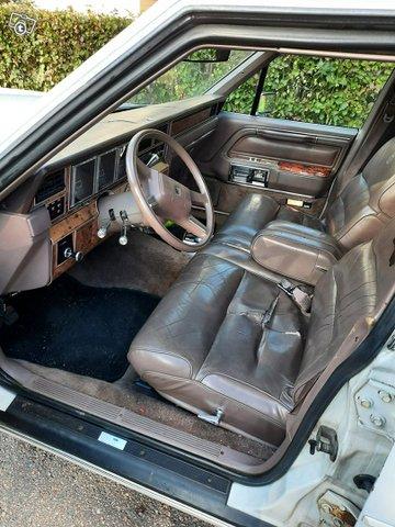 Lincoln Town Car 8