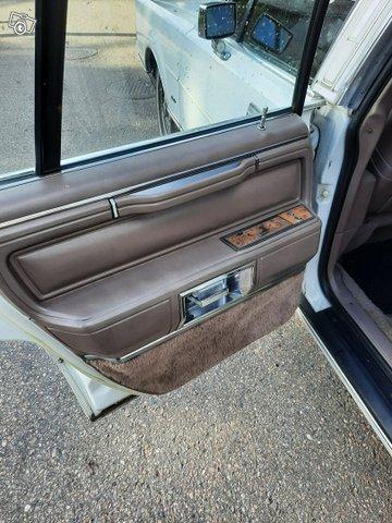 Lincoln Town Car 9