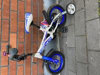 Lastenpolkupyörä apupyörillä