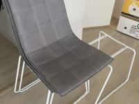 Harmaat kangaspäällysteiset tuolit