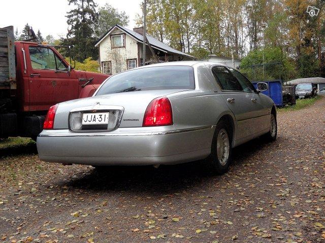 Lincoln Town Car 4