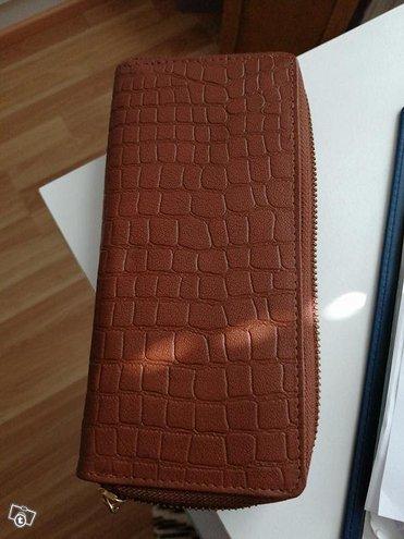 Uusi nahkainen lompakko