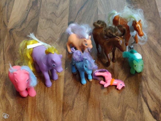Setti poneja ja hevosia