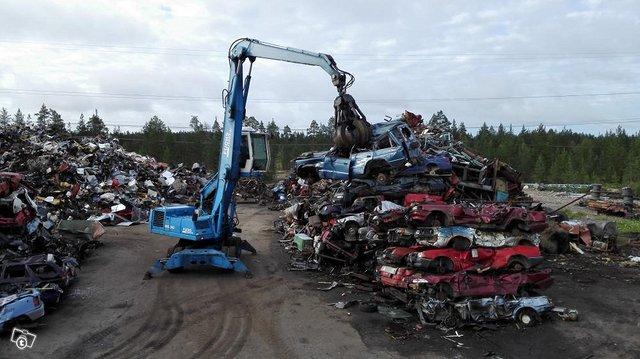 Metalliromua ja romuautoja 2