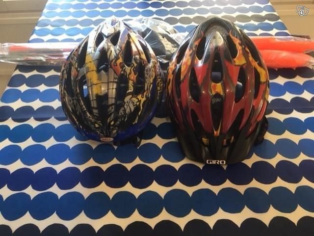 Kaksi pyöräilykypärää ja kaksi huomioviiriä