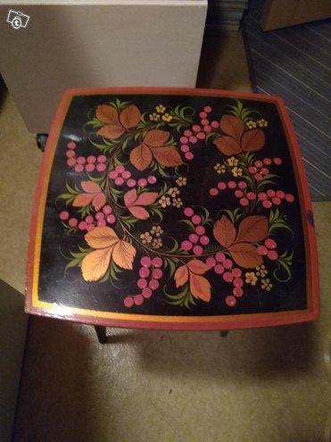 Kukka jakkara tai pöytä