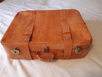 2 retro matkalaukkua