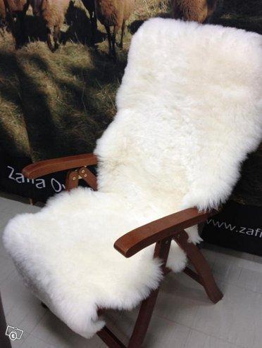 Valkoinen istuinpäällinen kahdesta lampaantaljasta