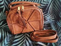 Ruskea nahkainen käsilaukku olkalaukku