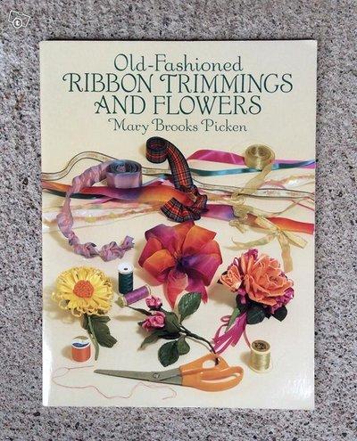 Vanhanaikaisia nauhasomisteita ja -kukkia -kirja