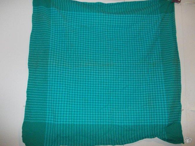 Vihreä pöytäliina 124 cm x 130 cm