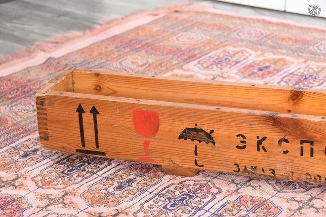Erikoinen, vanha pitkulainen puulaatikko