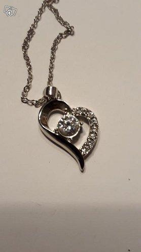 Sydänkaulakoru aidoin Swarovski kristallein
