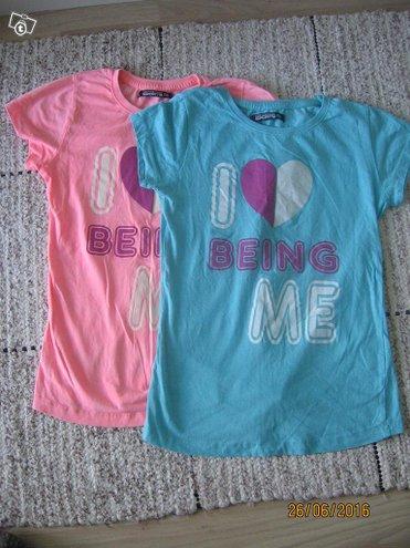 Kaksi lyhythihaista paitaa