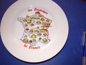 """4 kpl lautasta jossa teksti """" Les Fromages de Fran, Ruokailuastiat ja aterimet, Keittiötarvikkeet ja astiat, Helsinki, Tori.fi"""